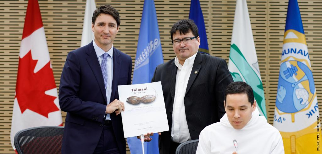 Duane Ningaqsiq Smith, Chair and CEO of Inuvialuit Regional Corporation, presents a gift to Prime Minister Justin Trudeau.